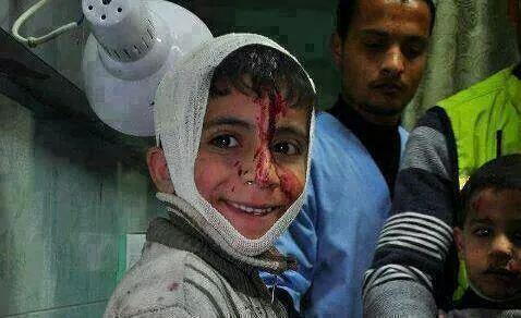 الصغير  اللي على العزّه  تربّى !   يبتسم  لَو ضَاقت الدنيا  بعينه !   #غزة_تحت_القصف   • http://t.co/UpagVk3f9X