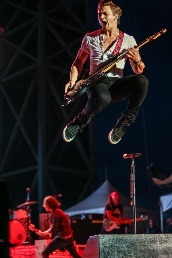 Hey @HunterHayes remember when you said you didn't jump?  Yeah...that. http://t.co/Khm5muTiv5