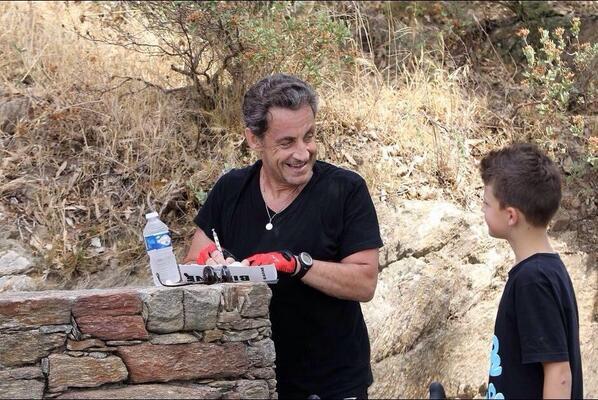 En vacances, Nicolas Sarkozy signe des autographes sur des emballages de tube Biafine / via @cd_land http://t.co/FMvy003bAM