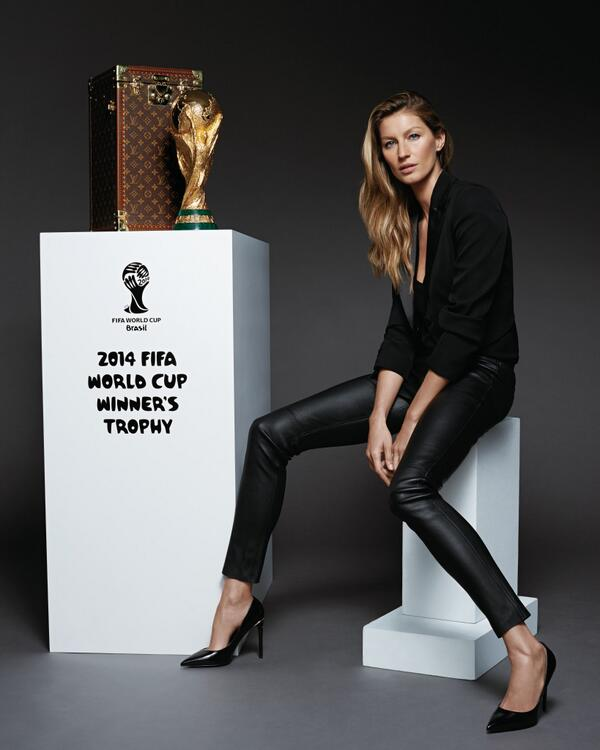.@GiseleOfficial will escort the #LouisVuitton trophy case for the final of the 2014 FIFA #WorldCup ™ http://t.co/gcl0hNiAm7