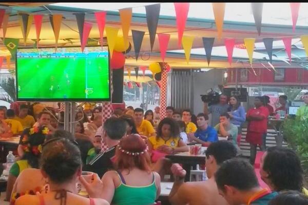 #SbtBrasil hj vai mostrar o prejuízo de um bar carioca que resolveu distribuir chopp de graça a cada gol da Alemanha http://t.co/Y2qgEUDED1