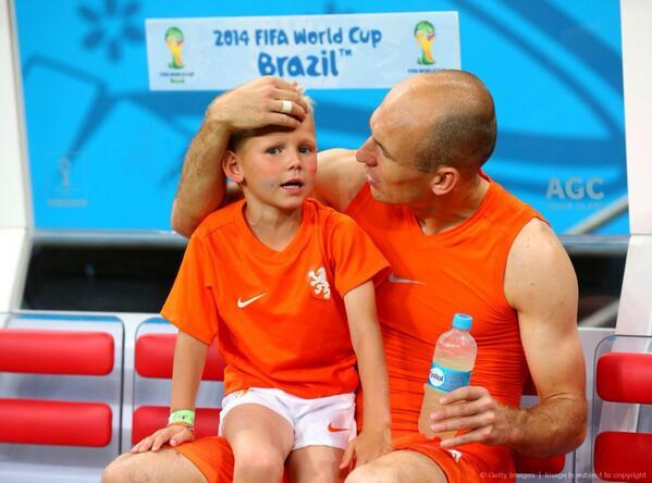 準々決勝あとのロッベンと子どもちゃんの姿が微笑ましかったからな、泣いてるのみると余計にぐっとくる。 でも君のパパは凄いよほんと。 http://t.co/Dajx4ZYAZI