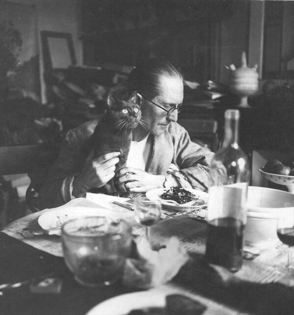 Fancy feast. Le Corbusier and his cat share a meal in his Paris apartment, circa 1920: http://t.co/crZt8ZC3wu