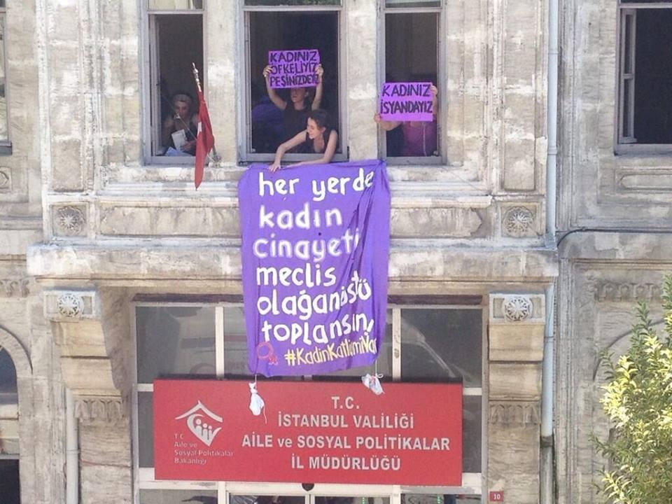 """#KadinKatliamiVar""""  'Her yerde kadın cinayeti, meclis olağanüstü toplansın' diyerek  Direnen kadınlara selam olsun http://t.co/J3vkIvU2U2"""