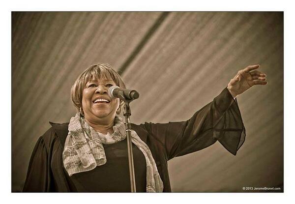 Please join us in wishing @mavisstaples a very happy 75th birthday! Happy Birthday Mavis - we love ya!!! http://t.co/GsOdlgEaC3