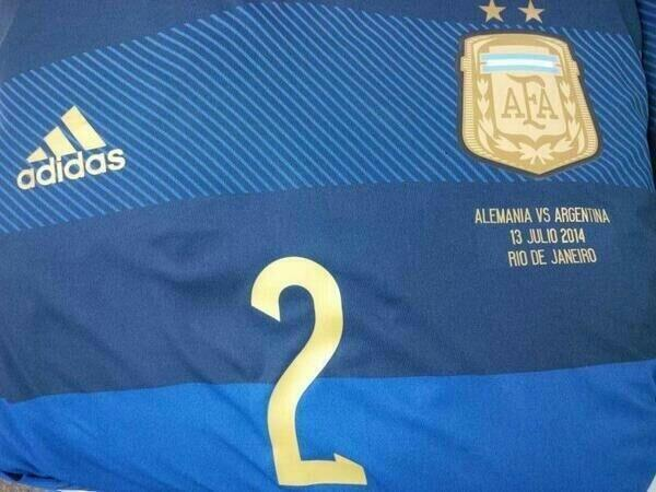 Diego Brancatelli (@diegobranca): Esta es la camiseta #AZUL q usará @argentina en la Final vs Alemania @fpt_argentina http://t.co/8RaO6Z9YqB http://t.co/m1zWk0baZ9
