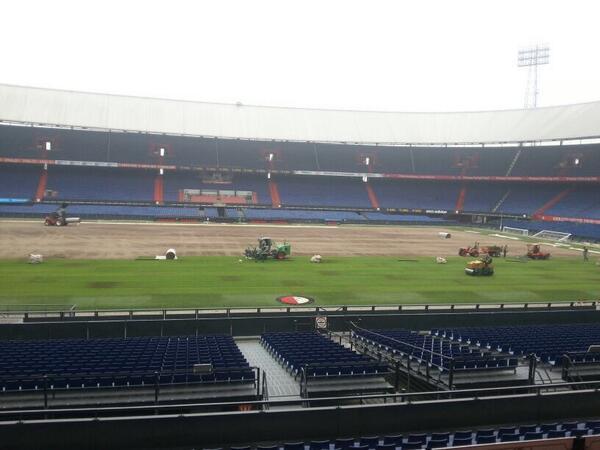 In De Kuip wordt momenteel de nieuwe grasmat gelegd, waarop @Feyenoord dit seizoen moet gaan schitteren! http://t.co/fDFcsLOdTy