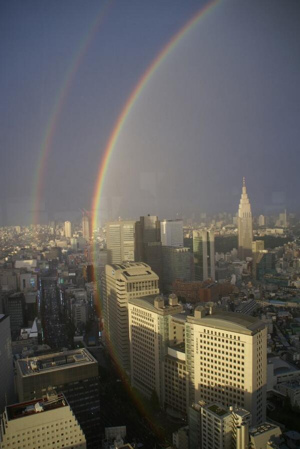 Double-rainbow lighting up the southeast sky of Tokyo! A beautiful salute from Mother Nature to start the weekend. http://t.co/tw4dTubwXA