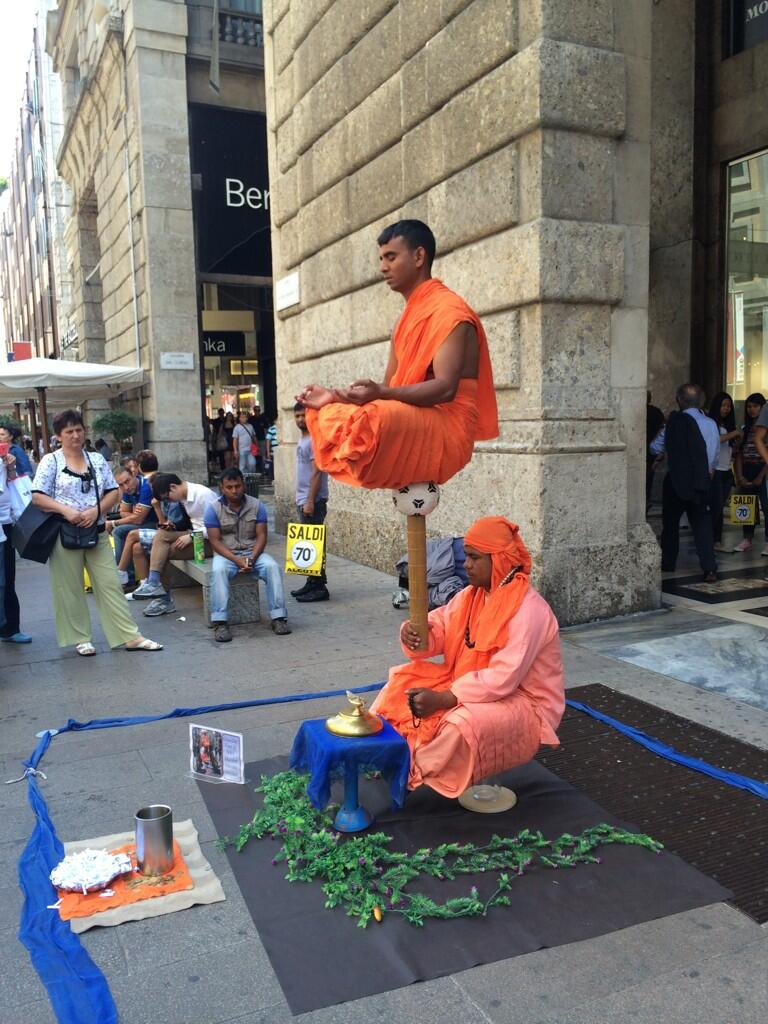 Absolutely nuts!! Crazy balancing act! On the streets on Milan ! http://t.co/XNAcEt4la0