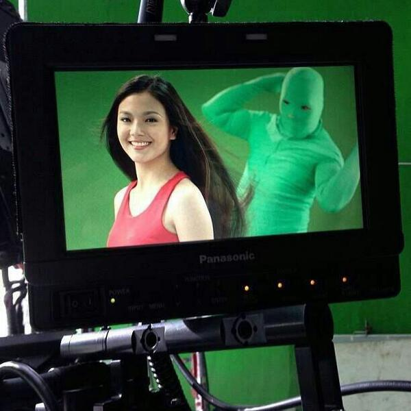 Shampoo commercials have green-screen-clad workers who secretly flick the models' hair. http://t.co/9ElKPeLhhU