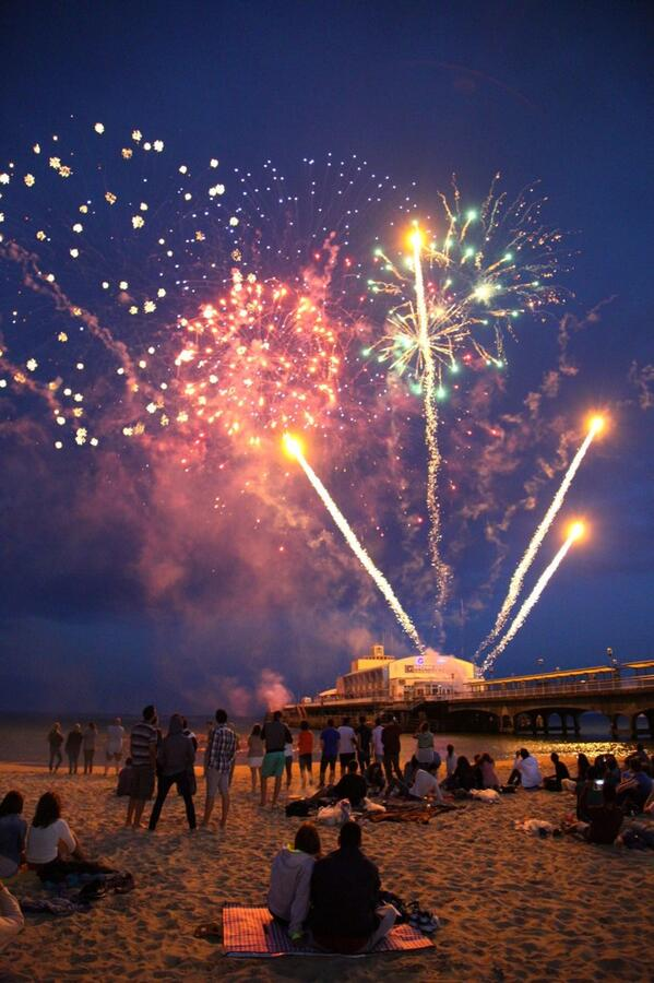 Fireworks on Bournemouth Pier, ahh! @Bournemouthecho http://t.co/2lEjTFHE6h