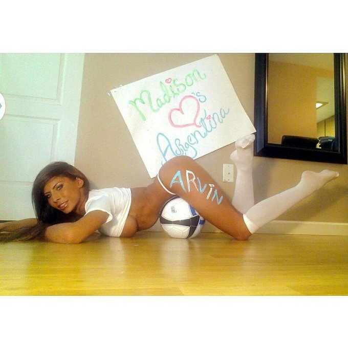 Here is the #Argentina #BodyPaintFanSign winner, doin one 4 my Germans next! Who wants it? @ArvinPooni3