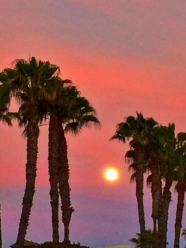 #supermoon at #sunset in LA. http://t.co/WGGdFoICy9