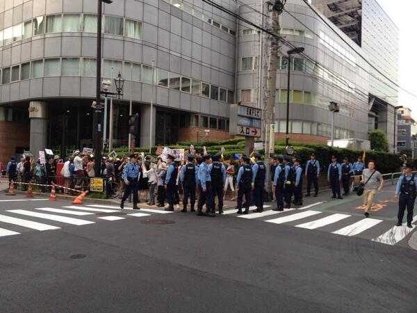 """""""@yamaneko_strike: イスラエル大使館前抗議団。日本テレビ前に押し込められ。 http://t.co/ZNG55OIh1p""""  大久保の商店街で良い韓国人も死ねとデモすると警察が守ってくれて、イスラエル大使館前でパレスチナ人を殺すなと言うと警察に排除されるのか。"""