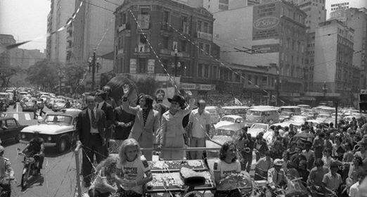 """mom @Granny77 and dad @emmofittipaldi being welcomed home after he won the @F1 champ in '74 PROUD day 4 Brazilians! http://t.co/nMIHIlegvq"""""""