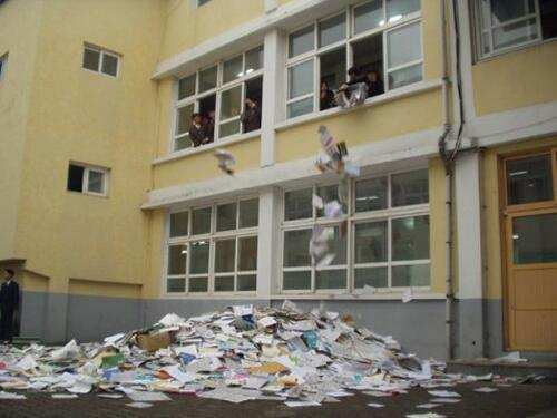 어느 학교는 수능후 '책 버리기' 행사를 했다고 한다. 하루만 지나면 쓰레기통에 넣어도 안 아까운 것을 왜 가르치고 배우는 것일까? http://t.co/tj7OxFgEWA