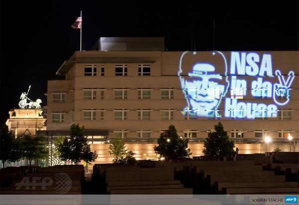 """La NSA est dans la place"""" : oeuvre de l'artiste Oliver Bienkowski, projetée sur l'ambassade US à Berlin #AFP http://t.co/SwKQill2UR"""