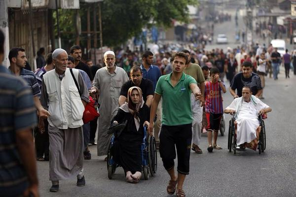 【ガザ】パレスチナ人15万人がイスラエルのシュジャーイア(東ガザ)の虐殺から必死で逃げている。#GazaUnderAttack  #PalestineUnderAttack  #Palestine http://t.co/YC1L68eznN