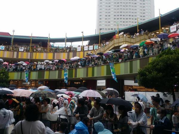 きゃりーぱみゅぱみゅ、名古屋 アスなる金山登場のまだ一時間以上前の小雨ですが とんでもない数のお客さんが待ち構えてます http://t.co/Y31VzykofK