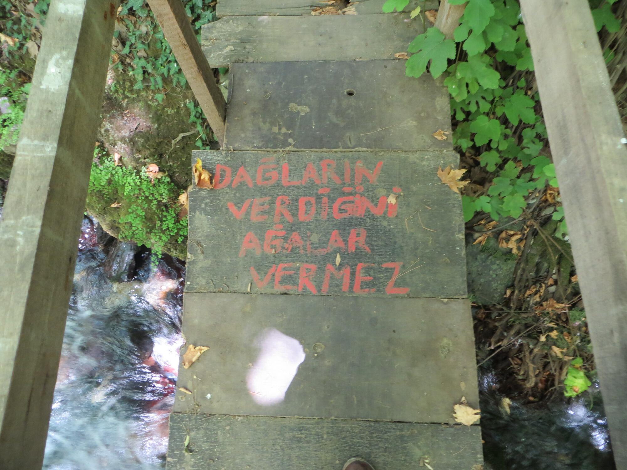 Kaz Dağları, küçük bir su köprüsü üstüne yazılmış...'Dağların Verdiğini Ağalar Vermez' http://t.co/Lc359ow53T