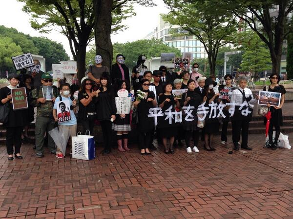 名古屋で行われた、反政府デモ「葬」。60-70人が参加。 http://t.co/YRl7FX2tHG