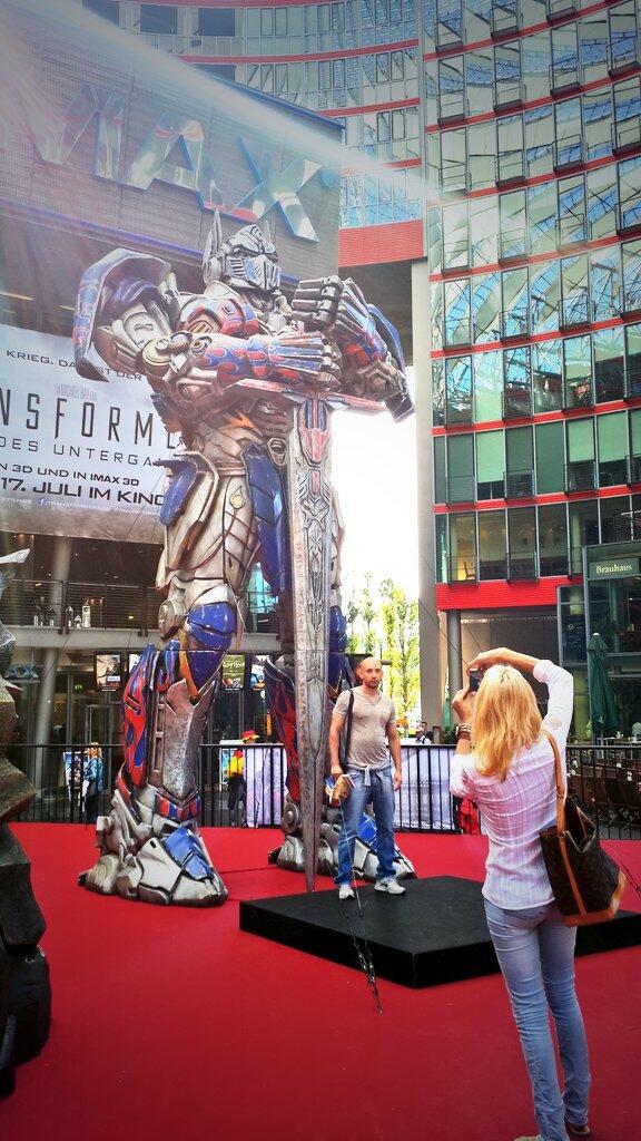 Acá en Berlín pusieron una estatua a tamaño real de Mascherano y la gente se saca fotos #maschefacts http://t.co/GwoGub4gAS