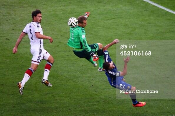 Spectacular clash between Manuel Neuer and Gonzalo Higuain. #GER #ARG http://t.co/Jv4ytctED8