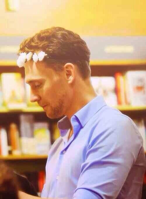 RT @hiddlesfacts_: Tom Hiddleston only wears a flower crown when it's a full moon http://t.co/jADN9xjlXP