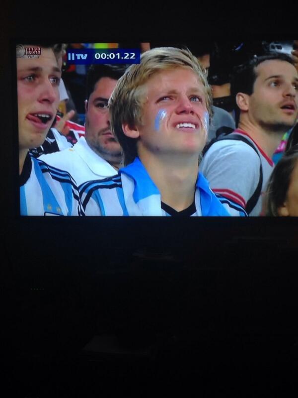 Itai Herman (@ItaiHerman): על מה בדיוק הוא בוכה, מאיפה הוא חושב סבא וסבתא שלו הגיעו? http://t.co/grlteL5Bx4