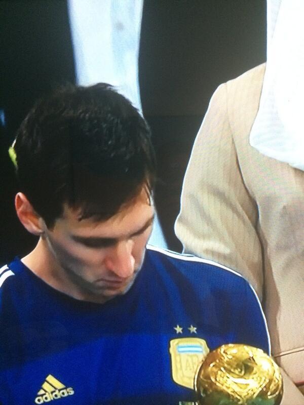 """@DespiertaAmeric:  balón de oro a #Messi. Su cara lo dice todo #UDMundial http://t.co/1AqJIqEUuY"" / creo que sabe que #Noeraparaél"