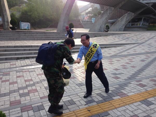 노회찬 캠프 합류 D-day. 노회찬 후보가 숭실대입구에서 유권자들께 아침 인사를 드리고 있습니다. http://t.co/OUYCuMO2bg