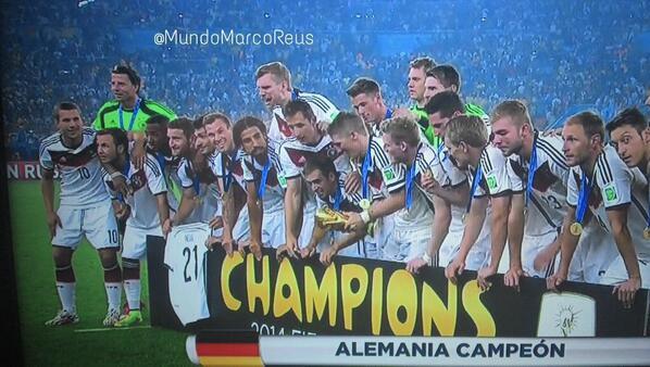 Valeria Marín (@ValMarinR): Marco Reus, quien se perdiera el mundial por lesión, se hizo presente en el festejo de los alemanes! #21 http://t.co/3IPRiSGNgG