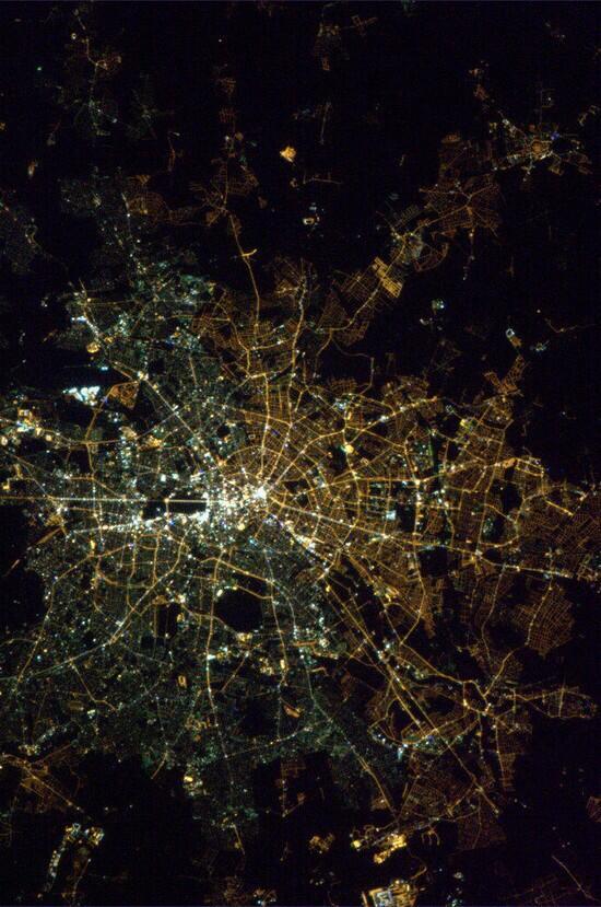 #GER '89年に崩壊した筈の壁。 宇宙から見ると未だに東西区分が街灯色で認識できる。 http://t.co/AC74ecRnCP