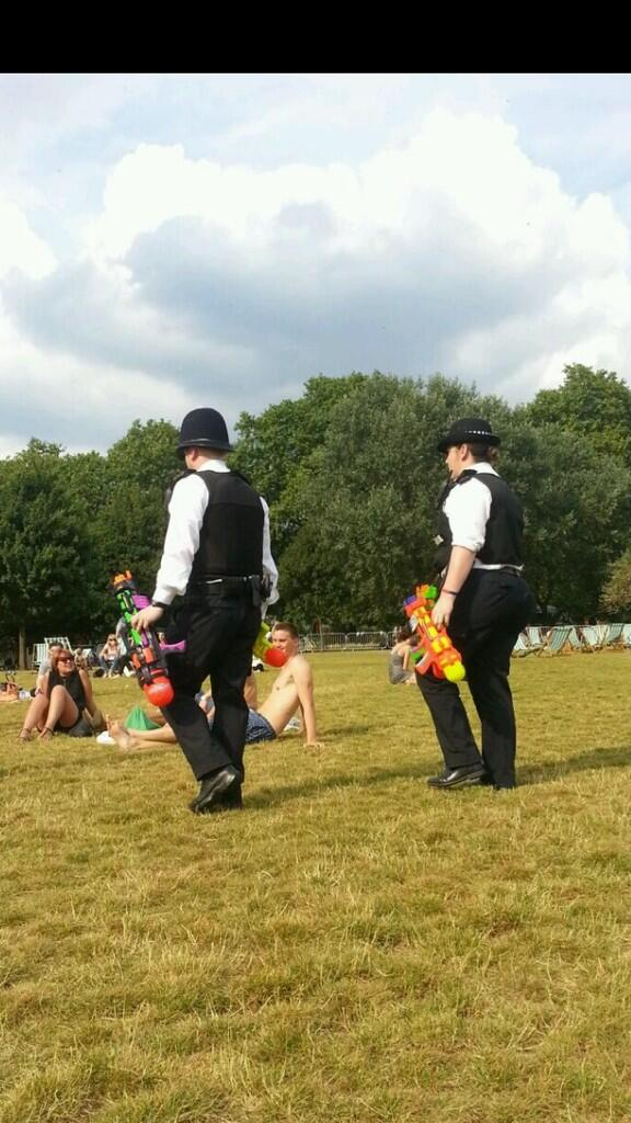 Sian Welby (@Sianwelby): Shit's goin' down on Clapham Common   #ArmedPolice #HotFuzz http://t.co/ooTJZzJrJh