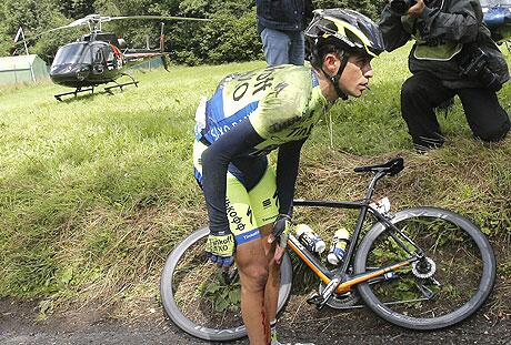 According to many on Twitter,  Contador's bike 'snapped in two'. Doesn't look like it here ... http://t.co/1pGfyR1JHk http://t.co/PvS4hPzwzL