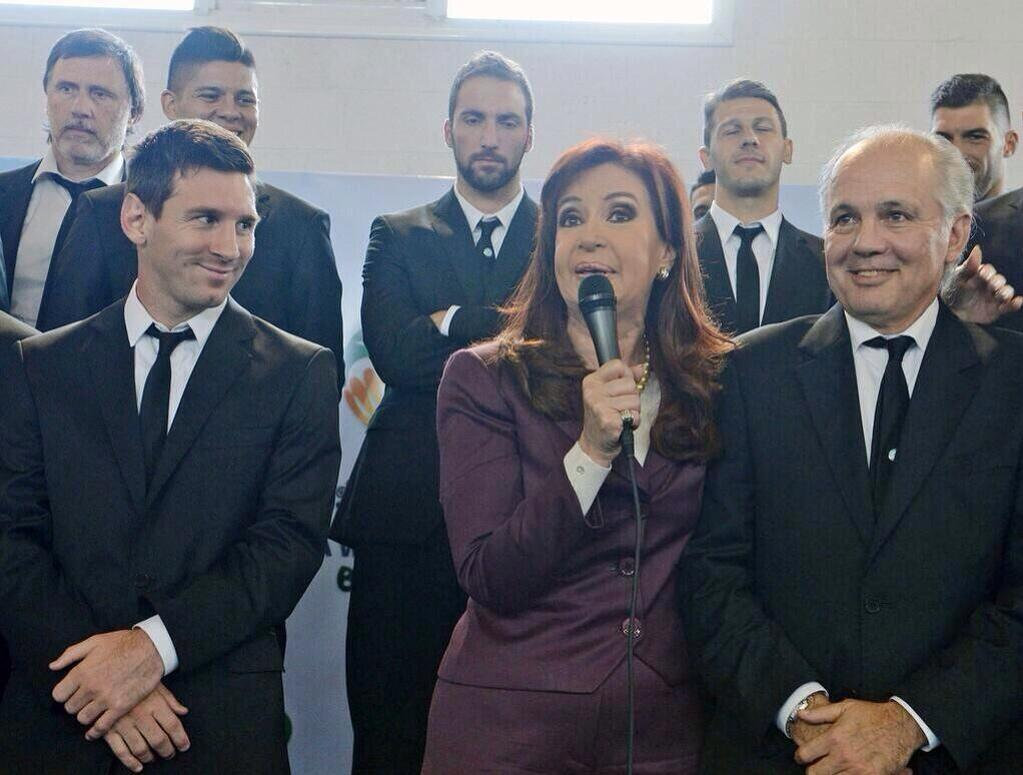#FOTO La presidente @CFKArgentina se reunió con el plantel en el Predio que la AFA posee en Ezeiza. http://t.co/vS2VoG4WRG