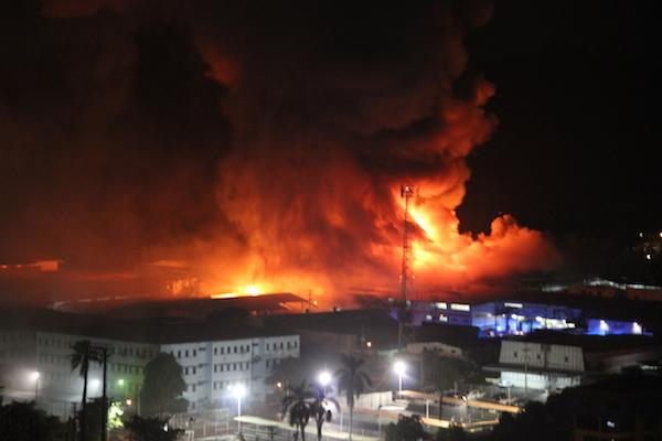 Incendio Área Industrial detrás de Tagaropulos en la Vía Ricardo J. Alfaro @rpc_radio @MiDiarioPanama http://t.co/cv3fPQn3Zl