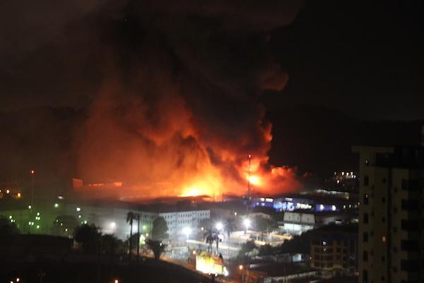 Manuel Núñez®  (@ManuelNunezN): [Fotos] Incendio Área Industrial detrás de Tagaropulos Vía Ricardo J. Alfaro http://t.co/wAM6EAIeIK