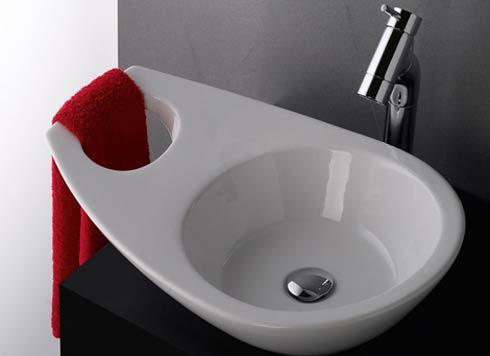 좁은 욕실에서 수납고민을 해결하기 위한 세면대라고 해요. 하지만, 이정도로는 어림도 없죠? 로얄앤컴퍼니 로얄컴바스가 확실한 욕실수납 솔루션을 알려드릴게요 :) http://t.co/wqhgrpDhBZ http://t.co/XomgXHmDUQ
