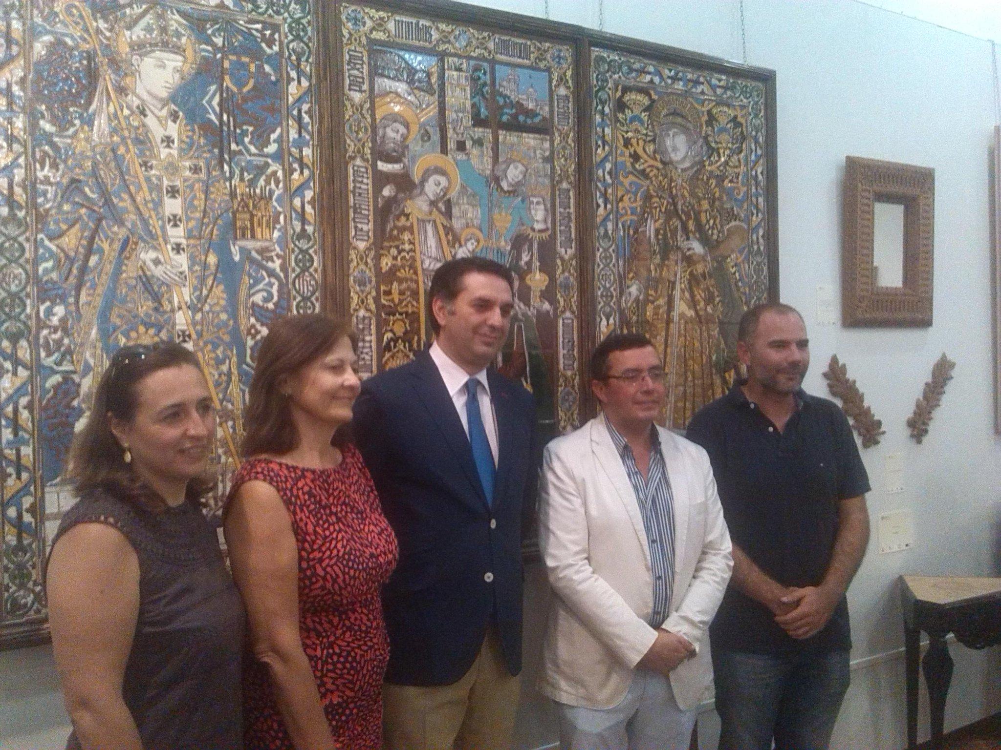DelegadoGob @JaviFernandezHd inaugura en @cmisevilla Exposición Curso 2013-14 @escdellarobbia con piezas de artesanía http://t.co/CYLgsuQEsh