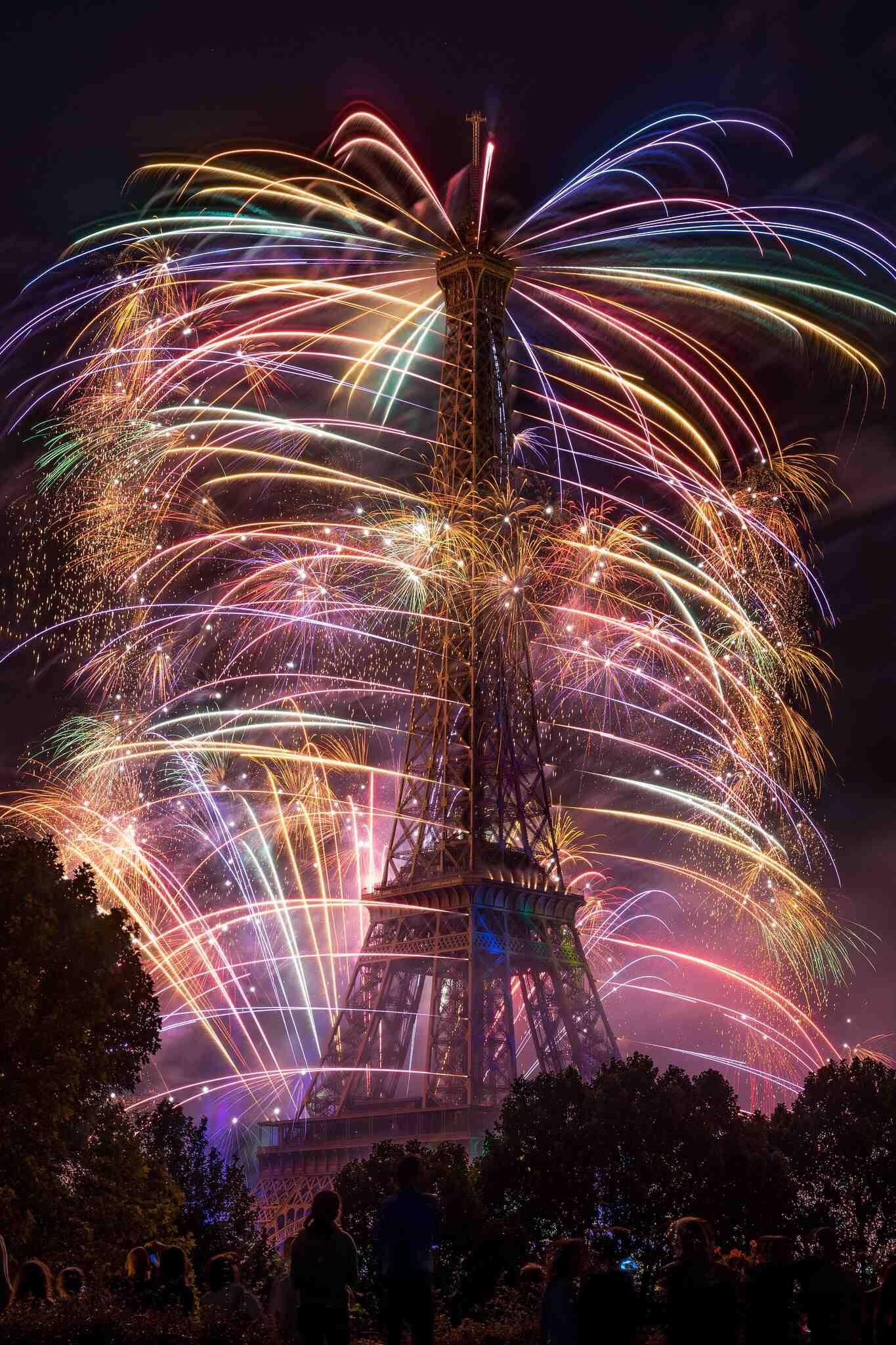 This is an image of the Eiffel Tower last night http://t.co/liympXtUl7