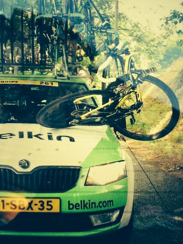 Foto desde el coche @lampre_merida q la bici de @albertocontador  se rompió enganchanda, con el coche de Belkin. http://t.co/vX36iUMV3G