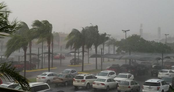 Alhinna Vargas (@AlhinnaVargas): Fuerte chubasco acompañado de rachas de viento afecta al sur de Monterrey; extreme precauciones. http://t.co/6gD8kA0mrV