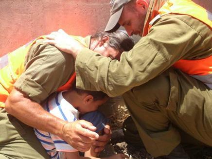 """""""פתאום ראיתי חיילים עוטפים את בני"""" http://t.co/3q7IvTBuOY http://t.co/8OFs76xfwb"""