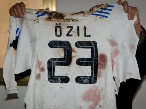 helal: kendi formasını giyen bir çocuğun bombayla öldüğünü öğrenen mesut özil gazze'ye 450 bin € bağışlamış.. http://t.co/mIM9yJjTBL