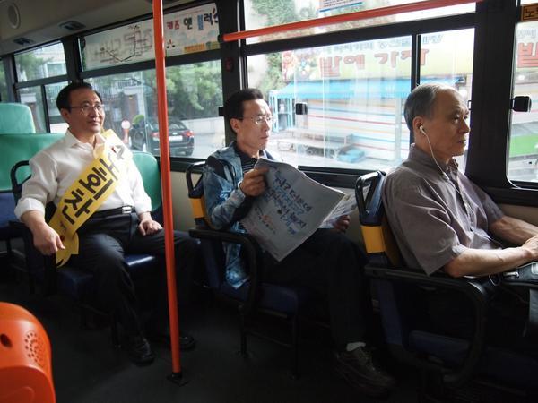노회찬 후보가 공식 선거운동 첫 날, 첫 일정을 마을버스 탑승으로 시작했습니다. 요란한 선거운동 대신 고단한 새벽 출근길을 조용히 체험했습니다. 노회찬의 진짜 서민 정치, 이제 동작을 지역구에서 막을 엽니다. http://t.co/Q4wIVujYvi