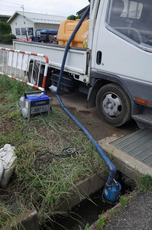 「これを汲み上げて、高圧洗浄機の水にするんですか。」「ええ、そうです。水道だと、水道料金もすごいみたいですよ。」「なるほど、そうでしょうね。」 20140610福島市14 http://t.co/yiitpxJxo4