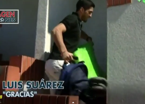BsxEvG6IcAE9MeI Luis Suarez gets locked out of his house, takes pictures with Barcelona fans while waiting for keys [Video]