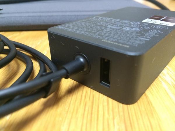Surface Pro 3 の AC アダプターに USB ソケットついてる。ここでデバイスを充電せよといことね #SurfaceJP http://t.co/5bPbn3vWMV