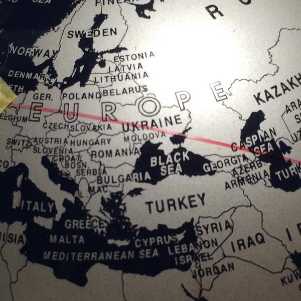 仕事場には飛行機事故やミサイル試射などに備えて、10cmほどのミニ地球儀と赤く着色したテグスが用意してあるんですが、オランダとマレー半島を大圏コースで結ぶと、ウクライナ上空を通過することが一目瞭然。地球儀ソフトとは実感が違います。 http://t.co/tM4TvcqnE8